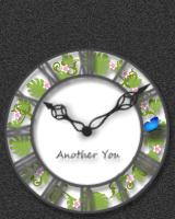 花の輪のなかを蝶が舞うアナログ時計です。蝶がとまっているときに触れると、蝶は逃げてしまいます。