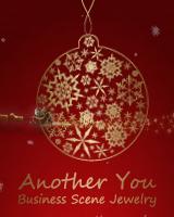 雪降る中を、金色のクリスマス飾りがゆらゆらと動き、その後ろをサンタクロースが行き来します。